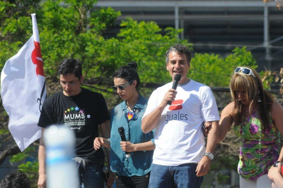 Hasta el ex ministro de Hacienda, Andrés Velasco llegó a la marcha por la diversidad sexual. Foto:UPI. Imagen Por: