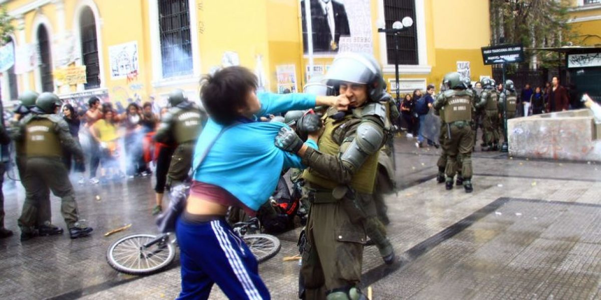 [FOTOS] Captan momento que manifestante se golpea con carabinero