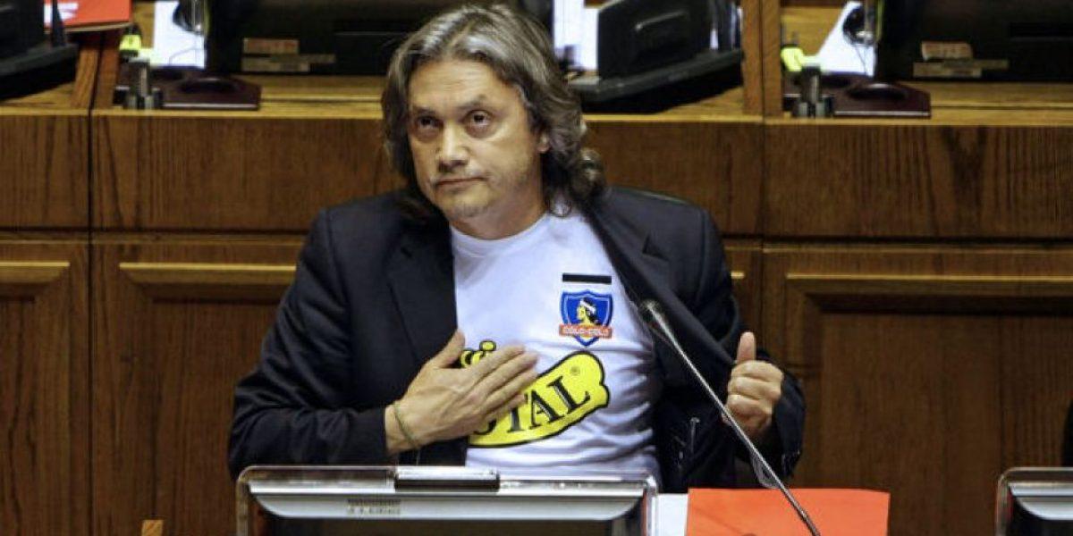 [FOTOS] Senador Navarro protesta en el Congreso con camiseta de Colo Colo