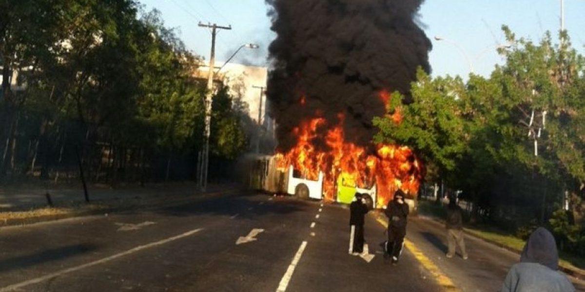 Paro nacional: encapuchados incendian bus del Transantiago