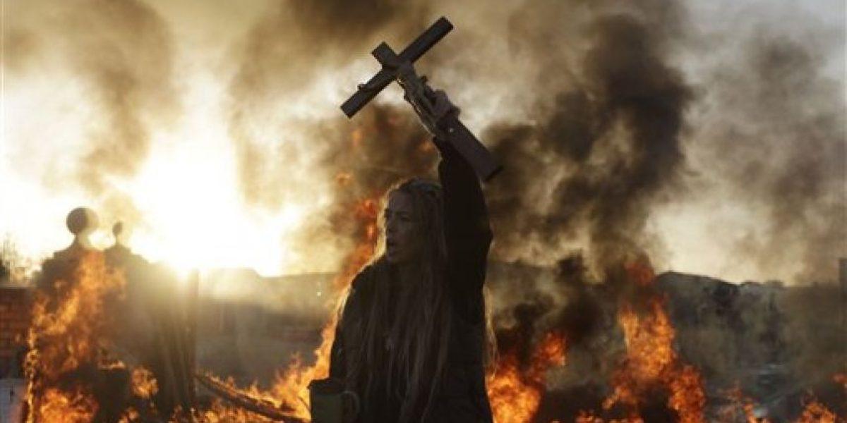 [FOTOS] Con un crucifijo una mujer se defiende del desalojo de