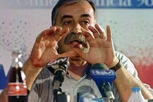 """Xabier Azkargorta en 1996:  El DT español llegó como el salvador de Chile luego de su exitoso paso por Bolivia que los llevó al Mundial de 1994. Tras fracasar en la Copa América de Uruguay 1995 y empatar el primer partido de las Clasificatorias a Francia 1998 ante Venezuela en Barinas, un resultado paupérrimo en aquellos años, el técnico vasco llamó a una conferencia de prensa y renunció. """"Ojalá que esta vez sí, matando la perra, se acabe la rabia"""", dijo. Foto:La Cuarta. Imagen Por:"""