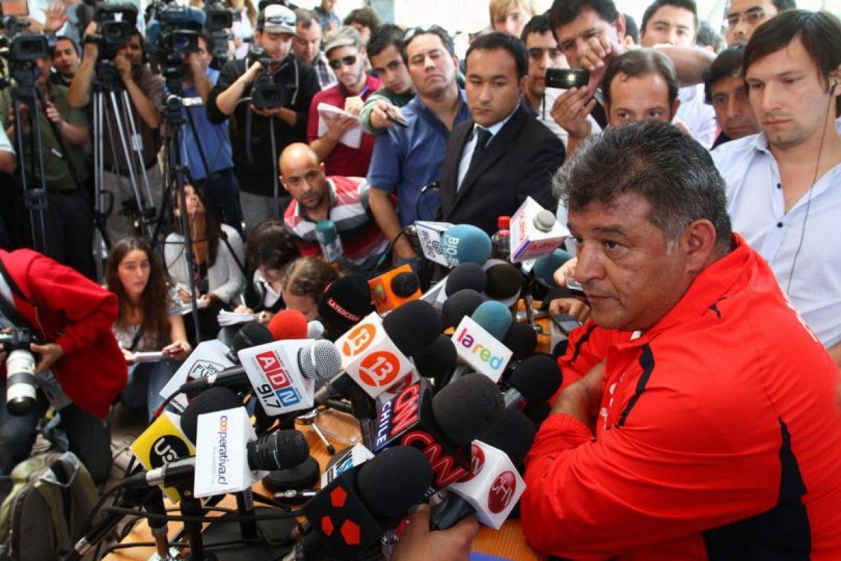 """Claudio Borghi, 2011:El técnico de la """"Roja"""", Claudio Borghi, aprovechó una conferencia de prensa donde hablaría de la la primera nómina eliminatoria, para encarar al periodista José Antonio Acosta de La Tercera. La acusación del """"Bichi"""" eran unos insultos a través de Twitter que el profesional negó y el DT prometió en mostrar las pruebas. Finalmente los antecedentes del DT de Chile jamás se confirmaron y Acosta hasta hoy exige una disculpa pública.. Imagen Por:"""