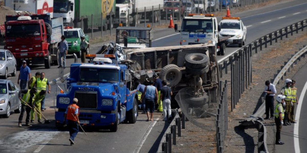 [FOTOS] Accidente entre un bus y un camión frente a Buin Zoo deja 33 heridos