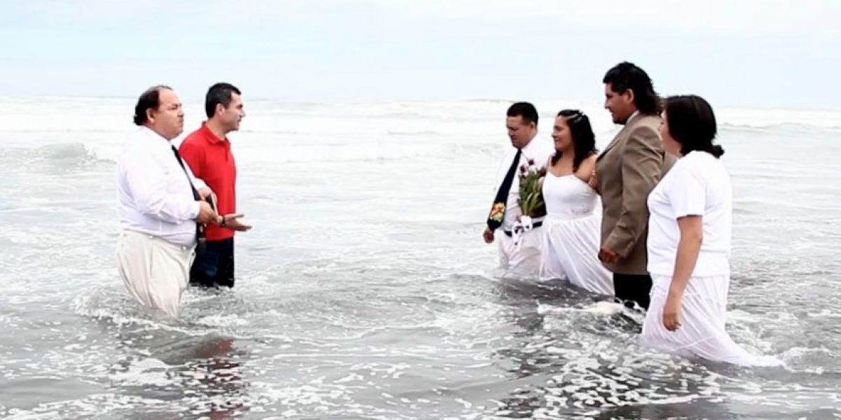 [FOTOS] Inusual matrimonio en el agua se realizó en Pichilemu