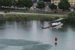 Helicoptero recoge agua en la Laguna Redonda. Foto:Alfonso Levet  @AlfonsoLevet. Imagen Por: