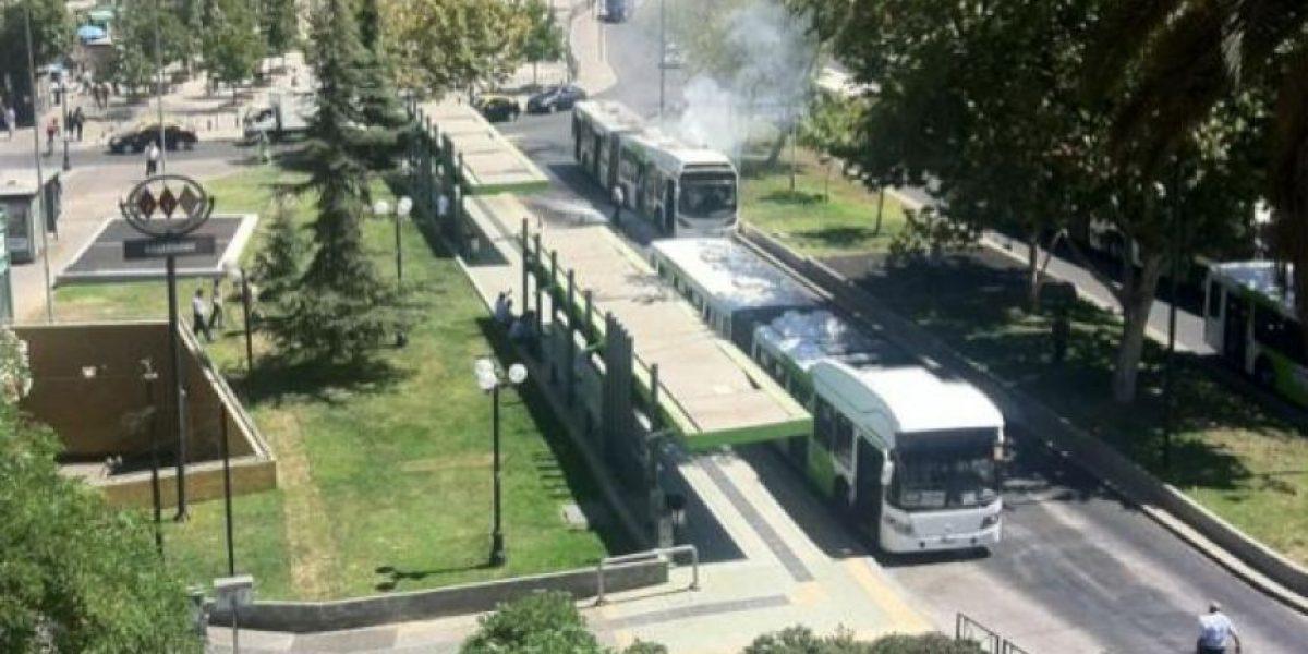 [FOTOS] Tuiteros captan bus del Transantiago incendiándose en Plaza Italia