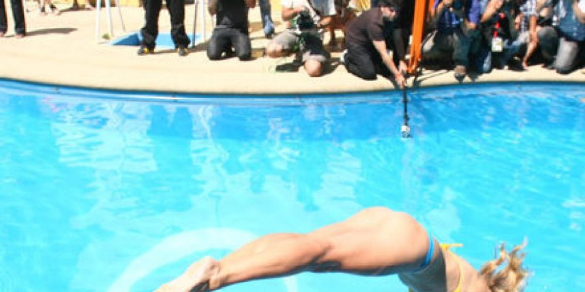 [FOTO] Reina del Festival cumple con tradicional piscinazo