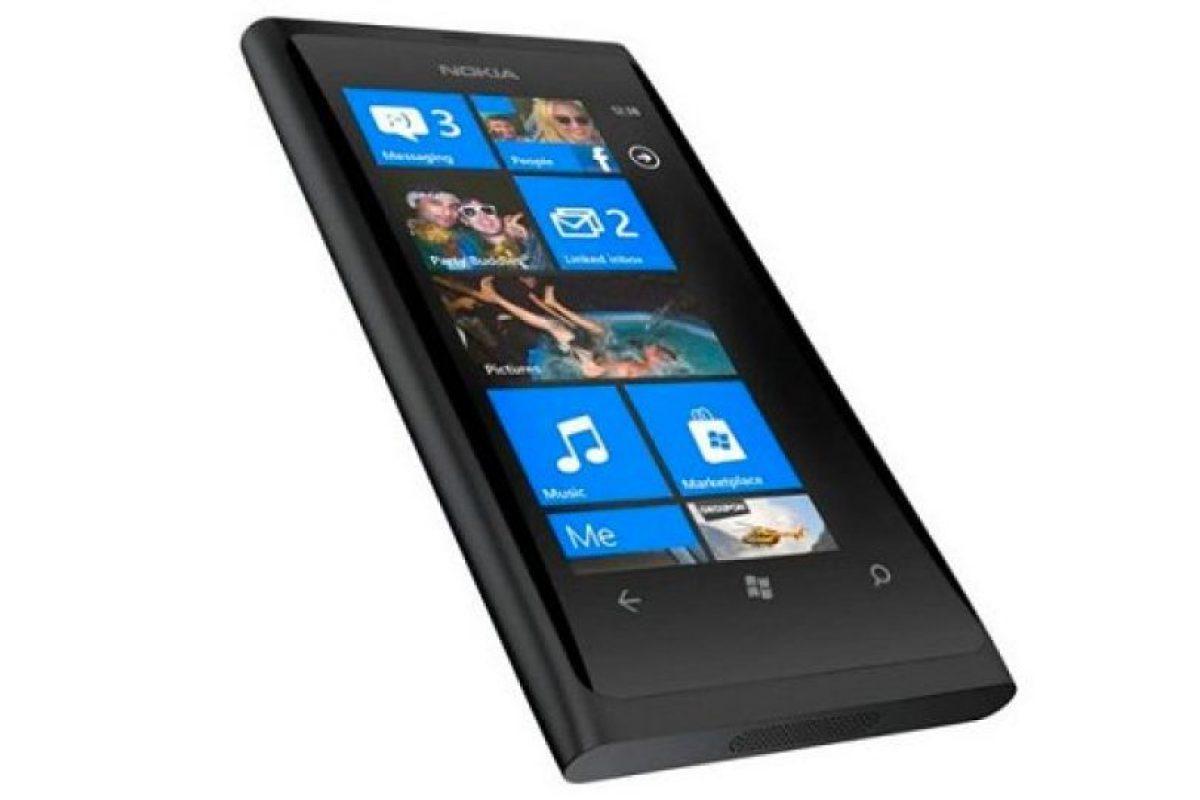 Nokia Lumia 800 se caracteriza por un diseño de primera línea, colores vivos, el mejor rendimiento social y de Internet. Acceso de un toque a redes sociales, agrupación fácil de contactos, hilos integrados de comunicación e Internet Explorer 9. Cuenta con una pantalla de 3.7 pulgadas AMOLED ClearBlack curva, la que se integra perfectamente en el diseño de su carrocería, un procesador de 1.4 GHz con aceleración de hardware y un procesador gráfico. El nuevo Nokia Lumia 800 contiene una experiencia de cámara instant-share con óptica Carl Zeiss, reproducción de video HD, 16 GB de memoria interna y 25 GB en SkyDrive para almacenamiento gratuito en la nube.. Imagen Por: