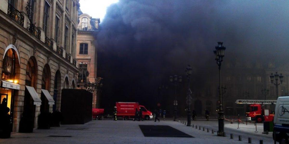 Twitteros suben impresionantes imágenes del incendio en Plaza Vendome de París