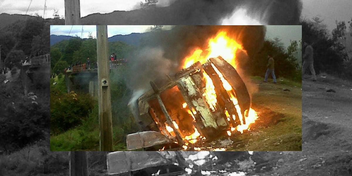Aysén: Bus policial se quema y Carabineros atacó a vecinos que ayudaban
