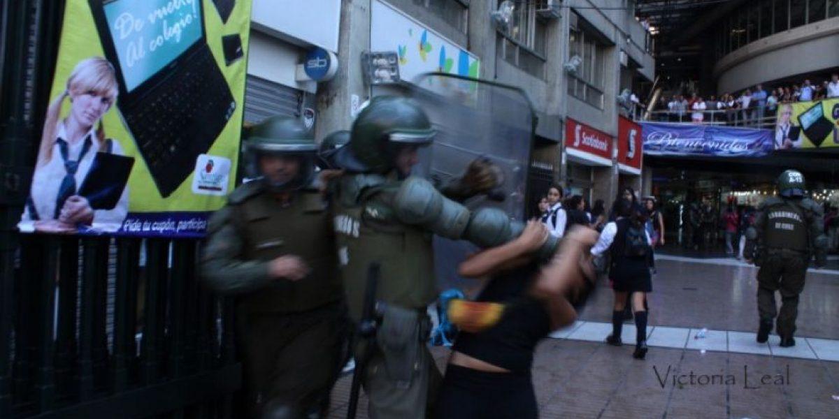 [FOTO] Estudiante captó esta impactante agresión policial a una escolar