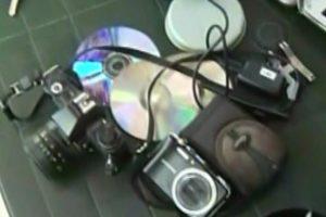 Estas costosas cámaras fotográficas digitales son algunos de los extraños objetos. Foto:Captura Chilevisión. Imagen Por: