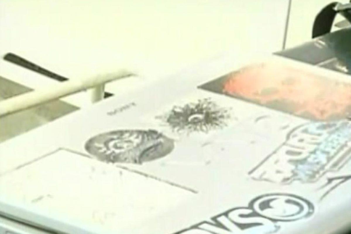 Hasta este notebook ha impactado el techo de la vecina, quien no entiende el motivo del ataque ni por qué con estos objetos. Foto:Captura Chilevisión. Imagen Por: