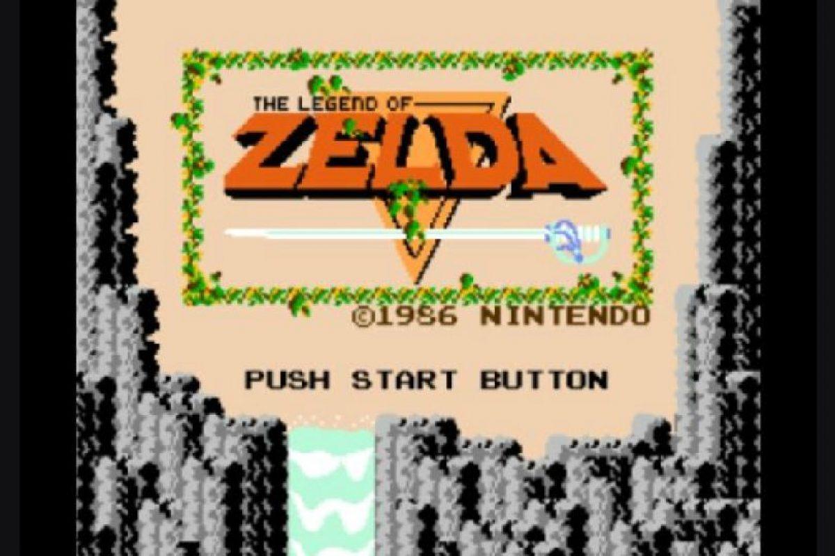 1. Zelda Lo que diferenció este videojuego de los demás en 1986 fue el tamaño e inventiva del mundo con el que se debía interactuar. Además, tenía una historia que era descrita en el folleto que acompañaba el juego. Esta gran aventura ofrecía al jugador una experiencia nunca antes vista en la época.. Imagen Por: