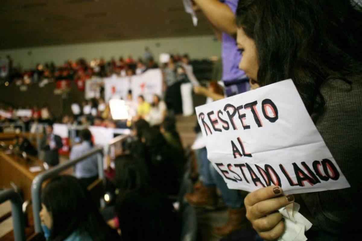 Público se manifiesta con pancartas, en las tribunas de la sala del Senado, donde en sesión extraordinaria, se debaten proyectos sobre aborto terapéutico. Foto:UPI/Jonathan Mancilla. Imagen Por: