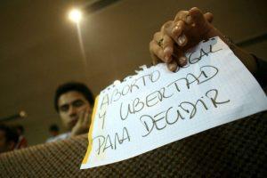 Público se manifiesta con pancartas, en las tribunas de la sala del Senado, donde en sesión extraordinaria, se debaten proyectos sobre aborto terapéutico Foto:UPI/Jonathan Mancilla. Imagen Por: