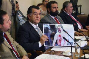El presidente de la Comisión de DDHH, Sergio Ojeda, sostiene la imagen. Foto:UPI. Imagen Por: