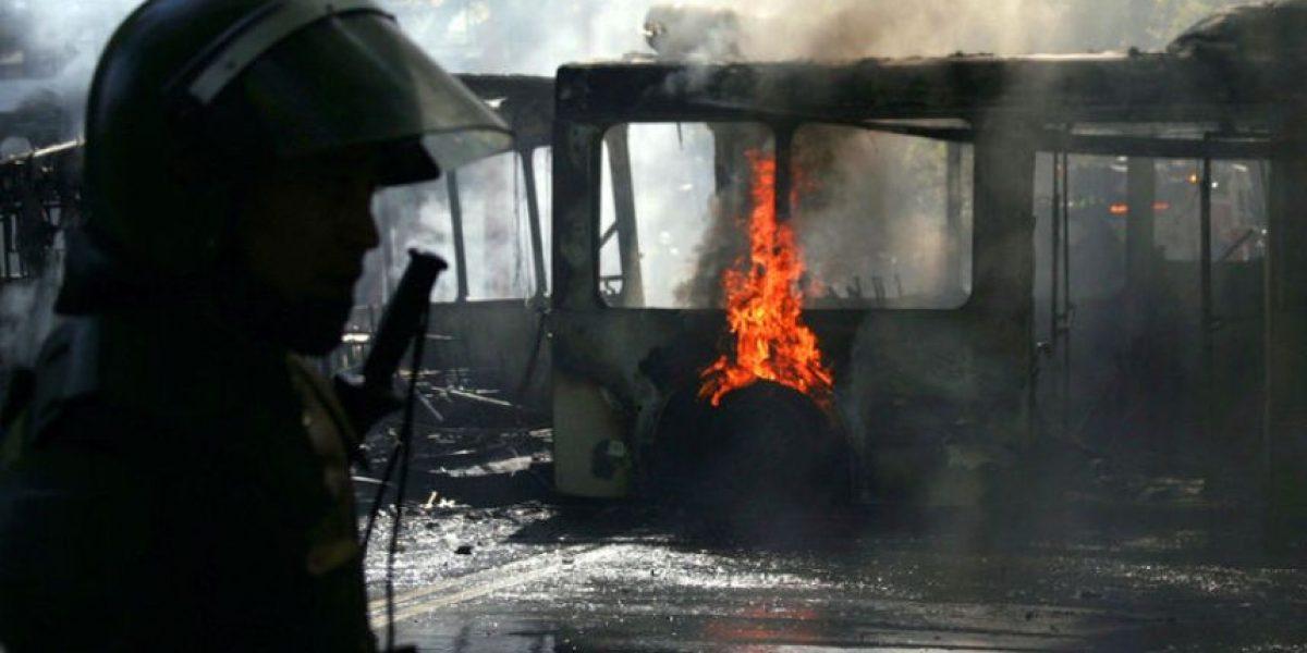 [FOTOS] Así quedó el bus del Transantiago incendiado por encapuchados