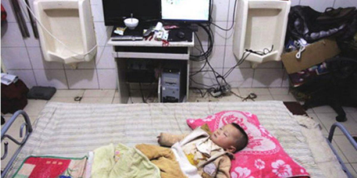 [FOTOS] Familia vive en un baño abandonado por su bajo costo