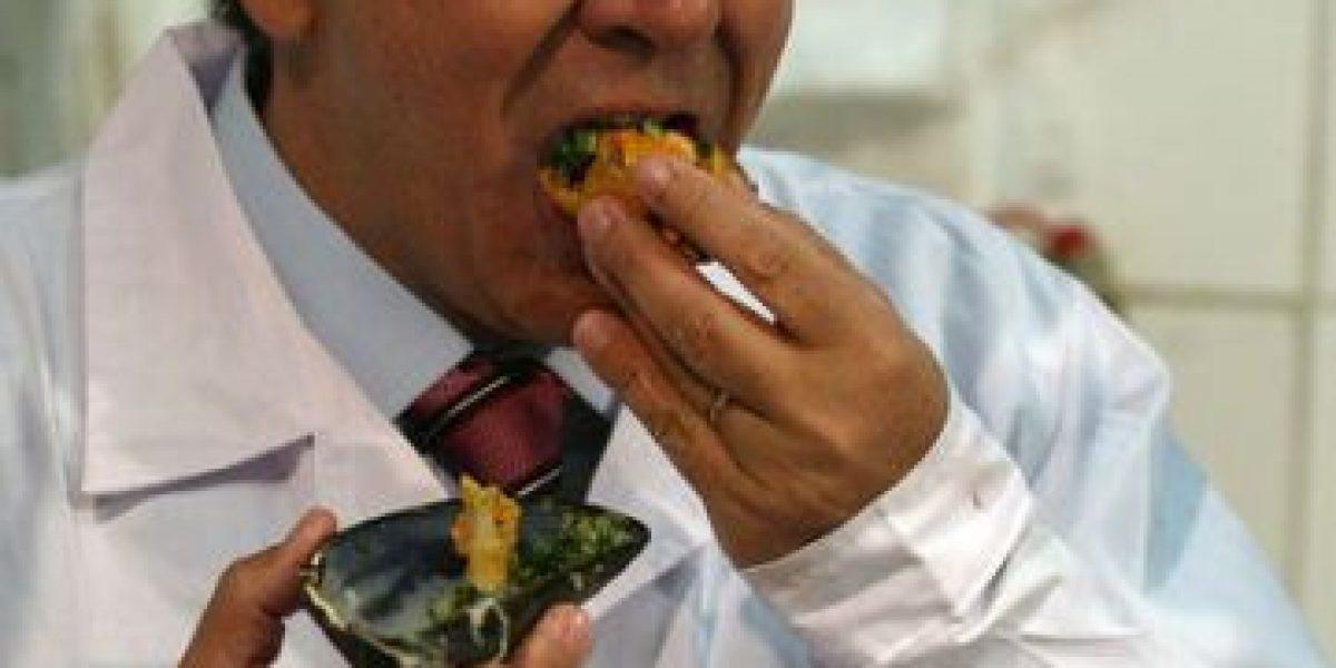 [FOTOS] Ministro Longueira degusta mariscos en fiscalización a terminal pesquero