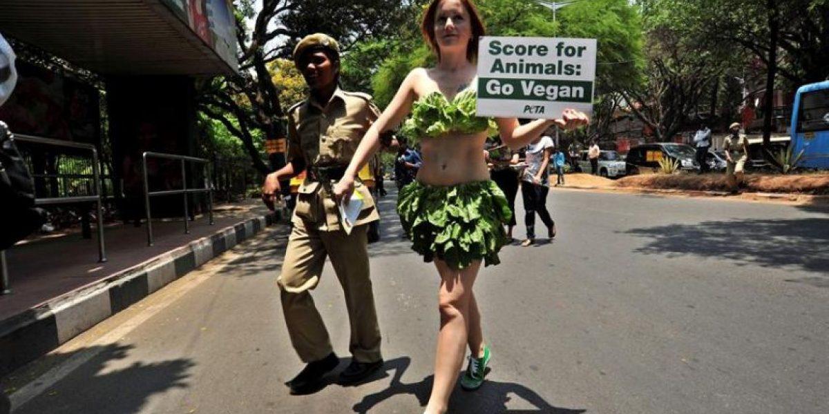 [FOTOS] Chicas de Peta protestan sólo vestidas con lechuga