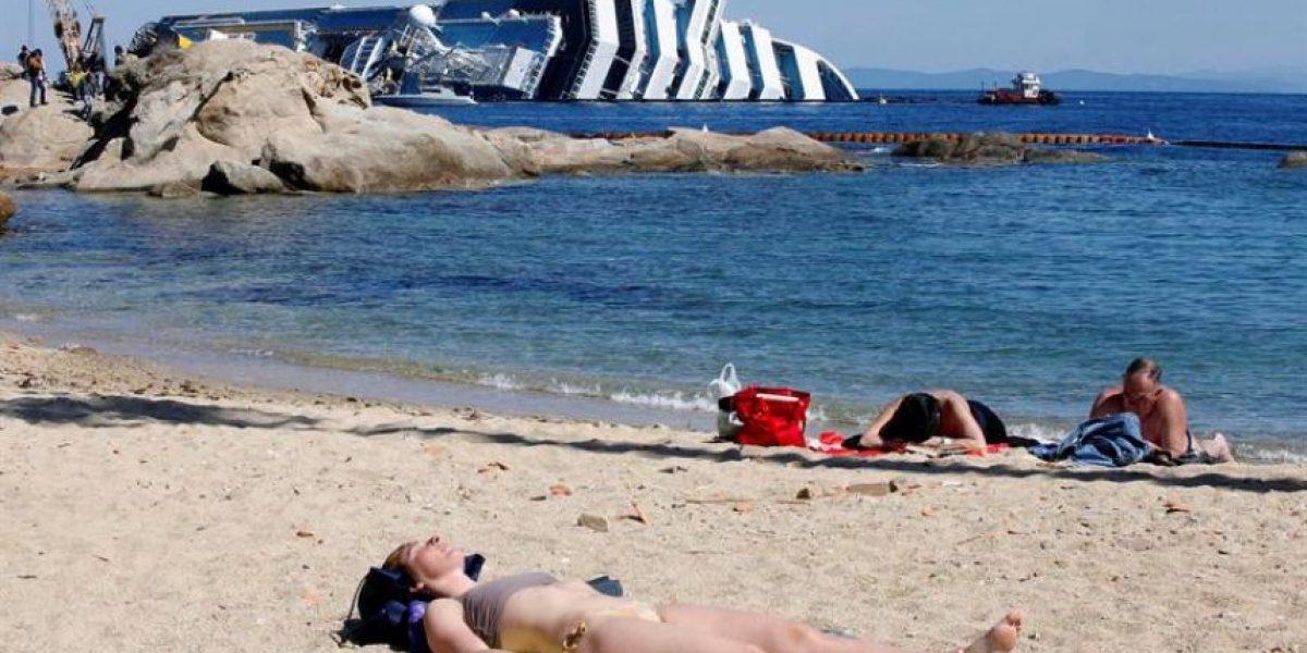 [FOTOS] Crucero encallado no es impedimento para tomar sol en la playa