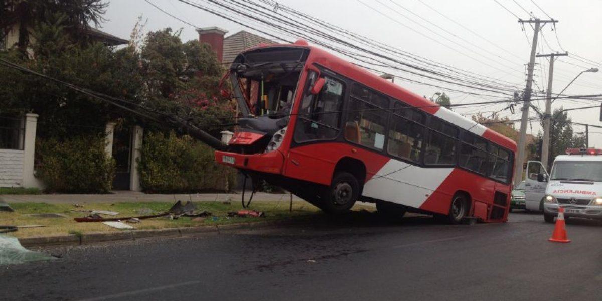 [FOTOS] Así quedó bus del Transantiago tras chocar con un poste de luz
