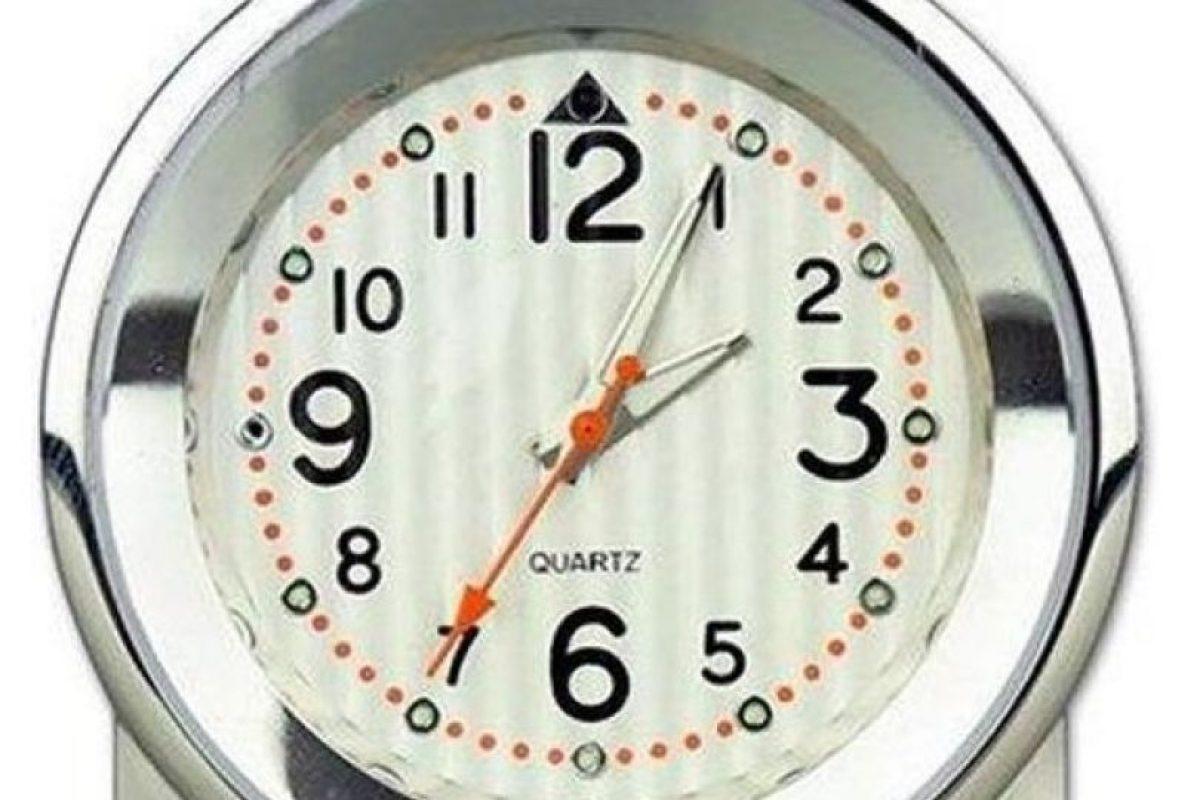 El Reloj Despertador: Este particular reloj tiene incorporada una cámara de manera muy camuflada.Este producto es adquirido básicamente por padres quienes quieren confirmar sospechas sobre maltratos a sus hijos cuando ellos no están en el hogar. . Imagen Por: