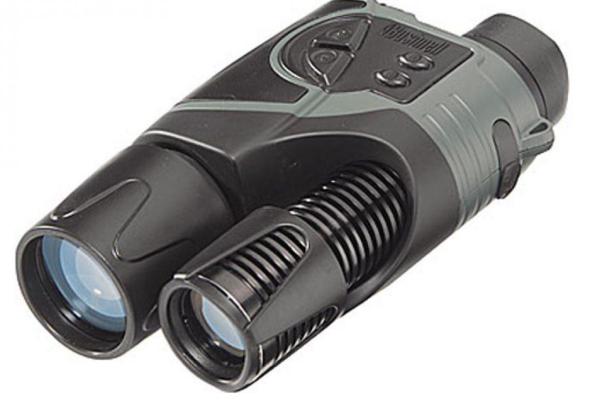 Visor nocturno: Estos binoculares o visor nocturno permiten captar imágenes en blanco y negro a más de 180 metros de alcance.Este artículo permite una grabación de aproximadamente dos horas continuas de tiempo. Además, posee un intensificador de imagen.. Imagen Por: