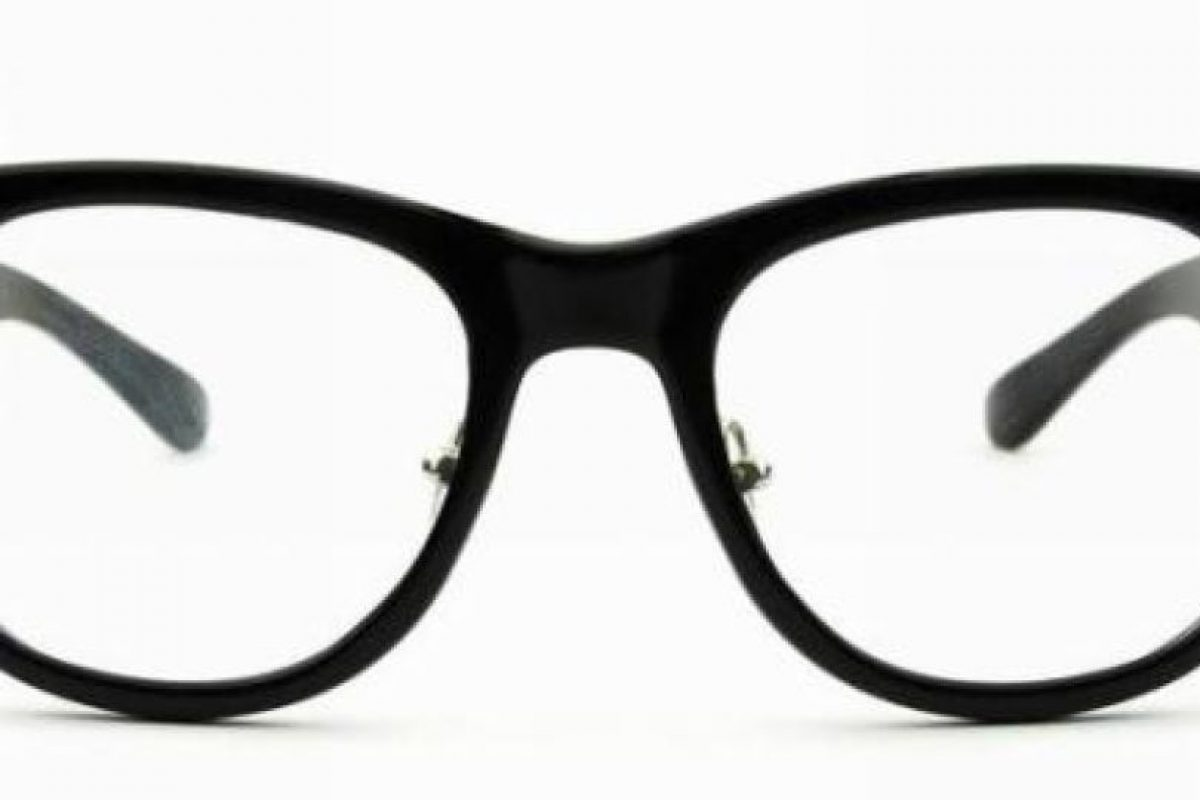 """Lentes espías:Uno de los productos más novedosos que vende la empresa de Yutronic son los lentes espías. Unos anteojos con cámara oculta de gran utilidad para diferentes situaciones. """"Este aparato permite filmar por ejemplo lo que estás leyendo, ya sea contratos o documentos importantes. Además de reuniones"""", explicó. . Imagen Por:"""
