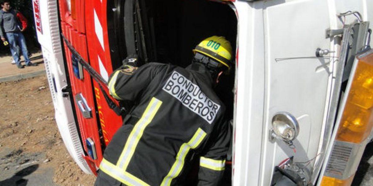 [FOTOS] Carro de bomberos volcó cuando iba a controlar incendio