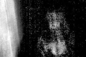 Tras un breve análisis fotográfico, la imagen muestra de forma nítida una supuesta figura femenina. Foto:lavozdelassombras.tk. Imagen Por: