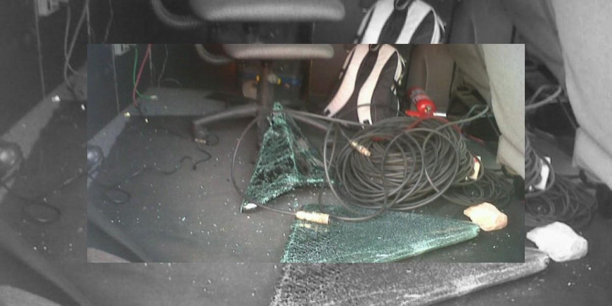 Periodista de Canal 13 sube a Twitter foto  de la destrucción de un móvil