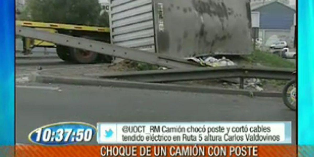 Choque de camión con un poste de luz provoca gigantesco taco en Autopista Central