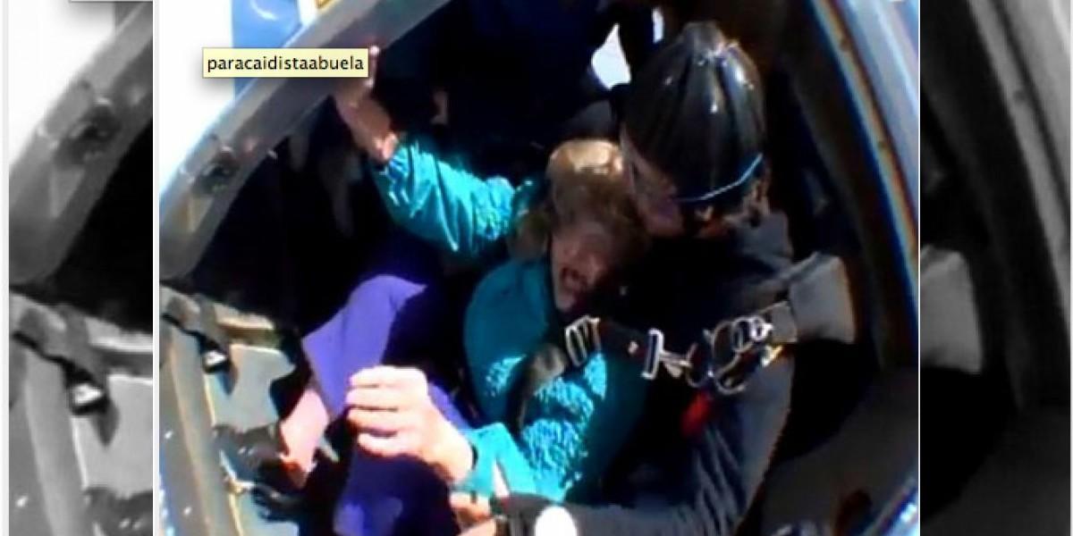 [VIDEO] Abuela paracaidista se arrepiente de saltar y todo sale mal