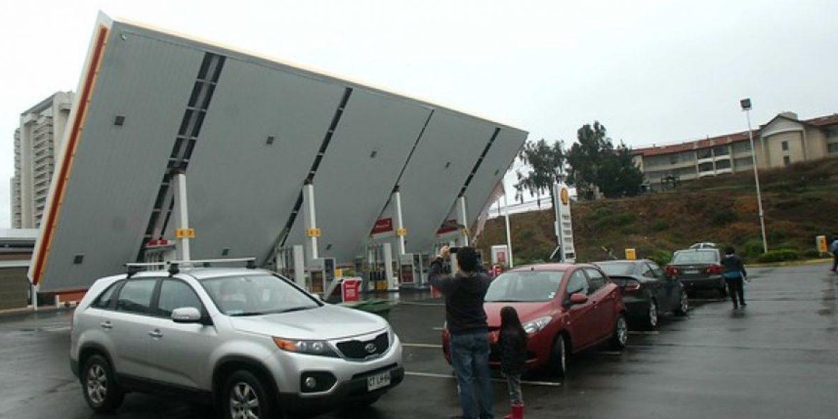 [FOTOS] Fuerte viento hizo colapsar techo de una bencinera en Valparaíso