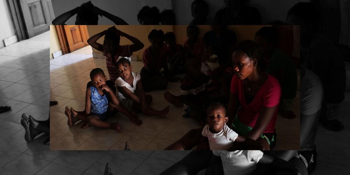 Madres haitianas recibirán dinero en sus celulares si llevan a sus hijos al colegio