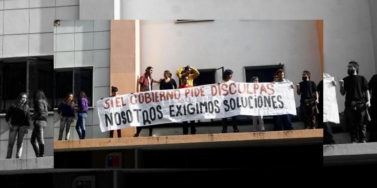 Estudiantes realizaron toma de Seremi de Educación en Santiago