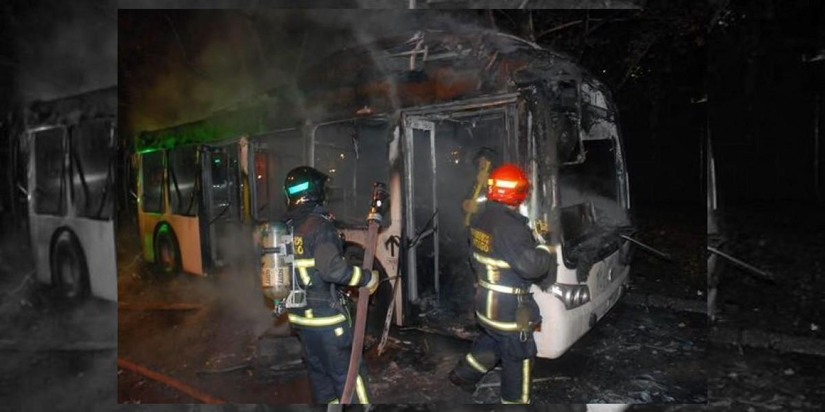 Encapuchados incendian bus del Transantiago en el centro de Santiago