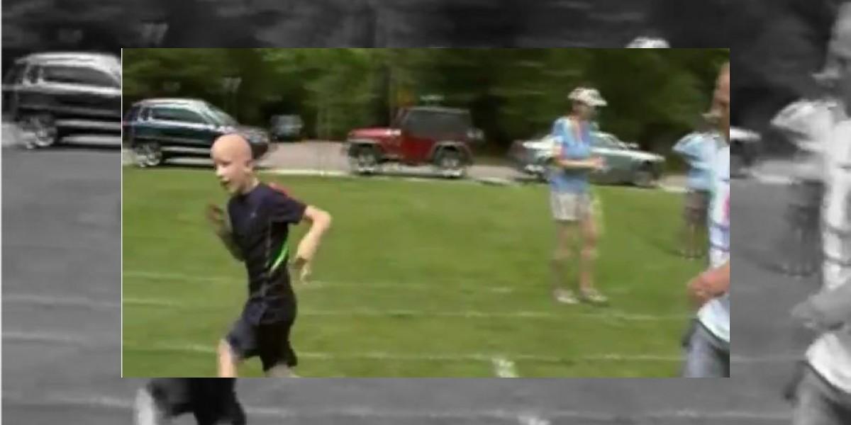 Niño con parálisis cerebral se esfuerza al máximo para terminar  una carrera