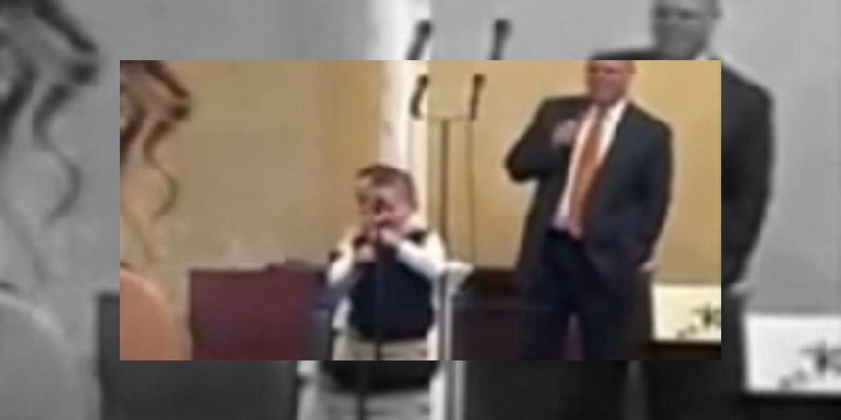 [VIDEO] Un niño de cuatro años canta himno homofóbico en la iglesia