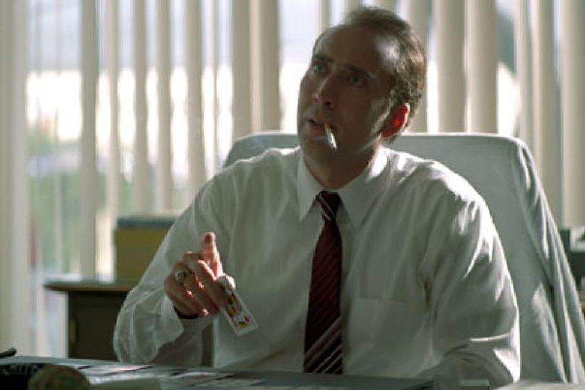 """En la oficina. Los ejecutivos y también los trabajadores de algunas empresas podían fumar en sus trabajos. Acá Nicolas Cage fuma en su oficina en la película """"Los impostores"""".. Imagen Por:"""