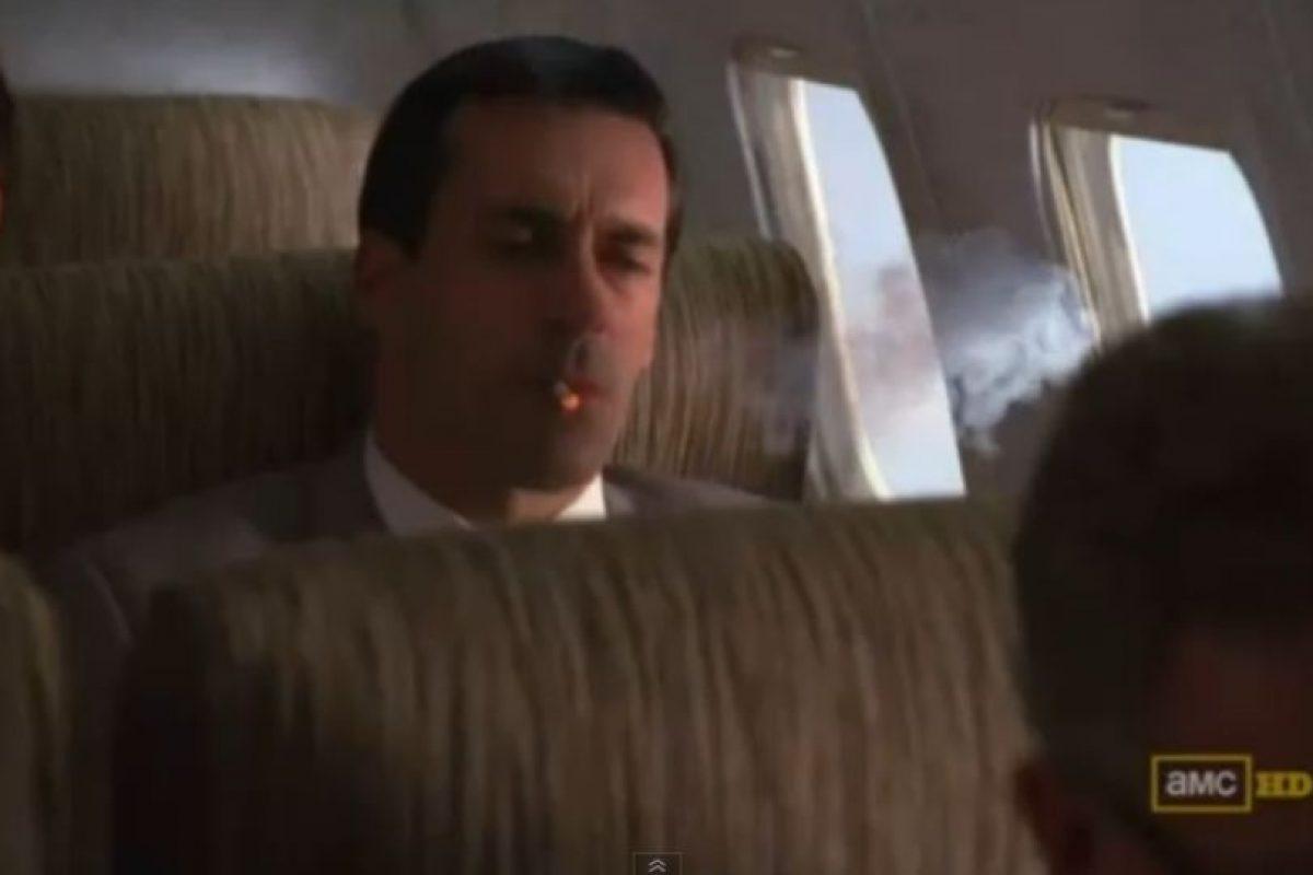 """Volando: Incluso se podía fumar en los aviones sin ningún problema. Aquí Donald """"Don"""" Draper de la serie Mad Men lo muestra. En el país se fumaba también en buses interurbanos y trenes.. Imagen Por:"""