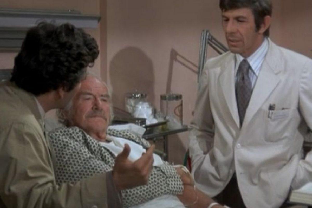 En los hospitales: En los centros de salud también eran bien recibidos los fumadores. Clásicas eran las escenas donde un papá fumaba nervioso afuera de la sala de parto, por ejemplo. Acá, el personaje de la exitosa serie Columbo lo grafica al fumar visitando un paciente. . Imagen Por: