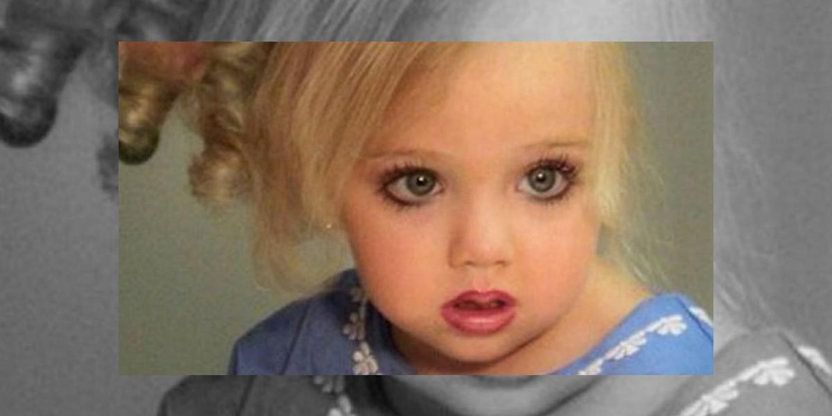 Tiene tres años pero su madre ya le tiñó el pelo y la maquilla para un concurso de belleza