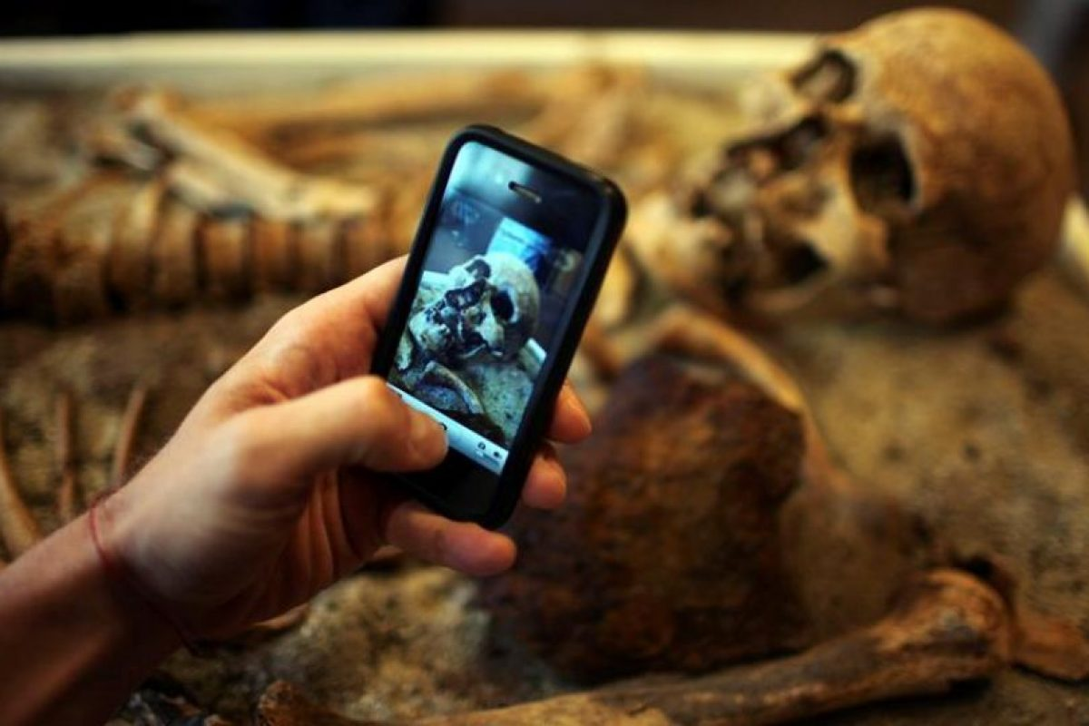 """Un hombre saca una foto de un esqueleto atravesado con una barra de hierro, al parecer como parte de una tradición búlgara que les """"impedía convertirse en vampiros"""", durante su presentación en el Museo de Historia Nacional en Sofia, Bulgaria ,. Imagen Por:"""
