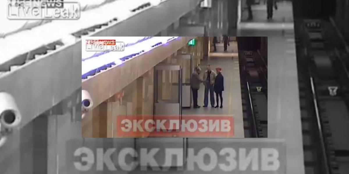 [VIDEO] Impacto: Hombre empuja a mujer a las vías del tren en Rusia