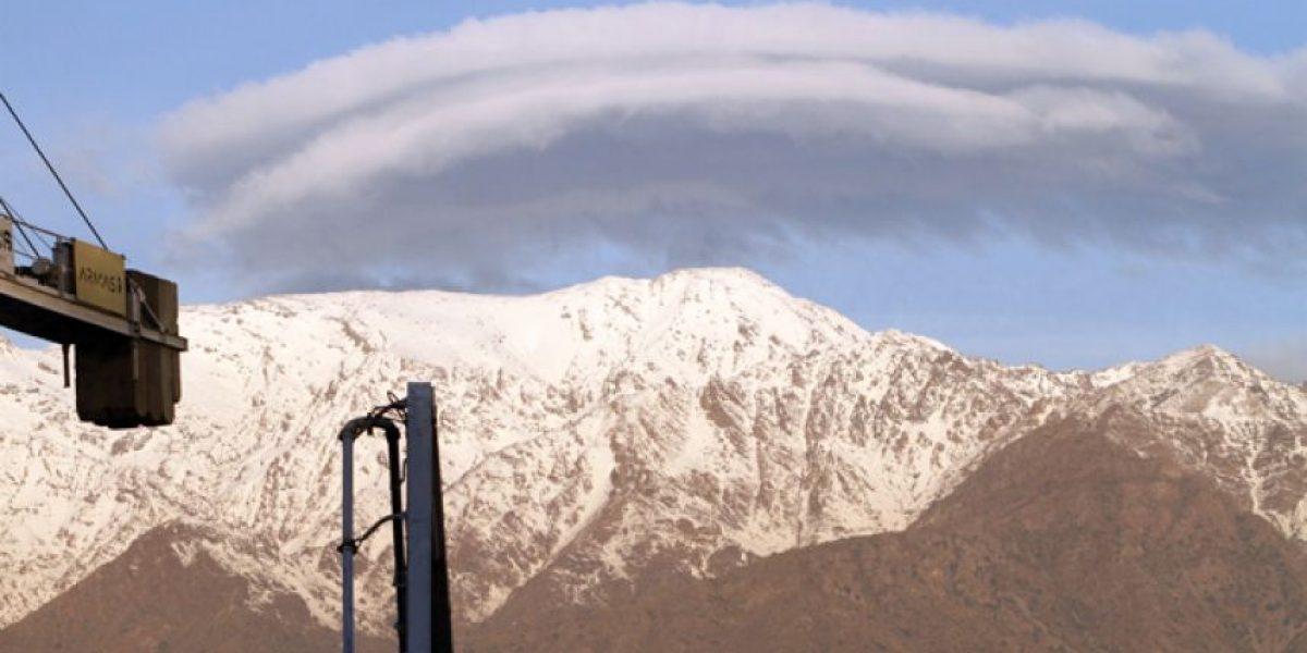 [FOTOS] Impresionante nube sobre la cordillera llamó la atención en Santiago