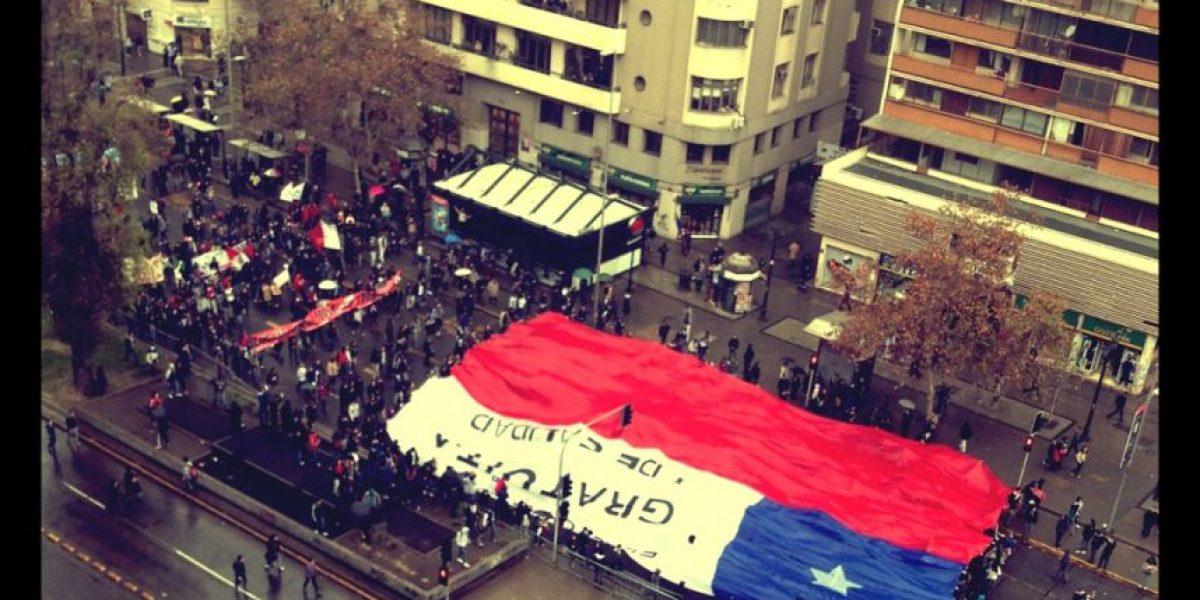[FOTOS] Estudiantes desplegaron bandera gigante frente a La Moneda
